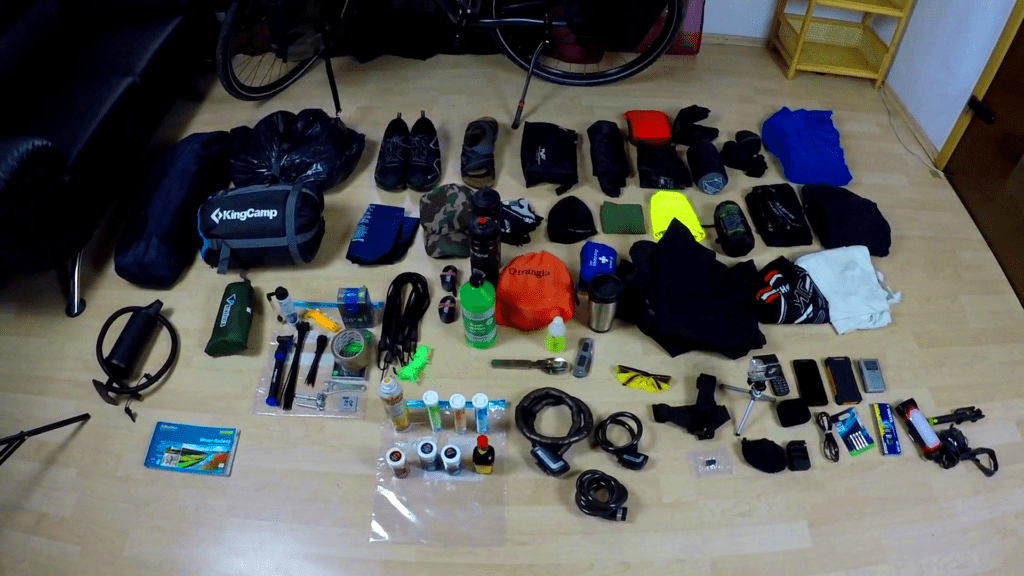 Welche Ausrüstung benötigt man für eine Fahrradreise?