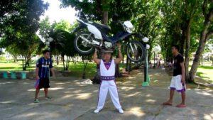motorrad-kopf-balancieren