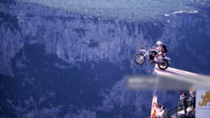 motorrad-sprung-fallschirm-berg